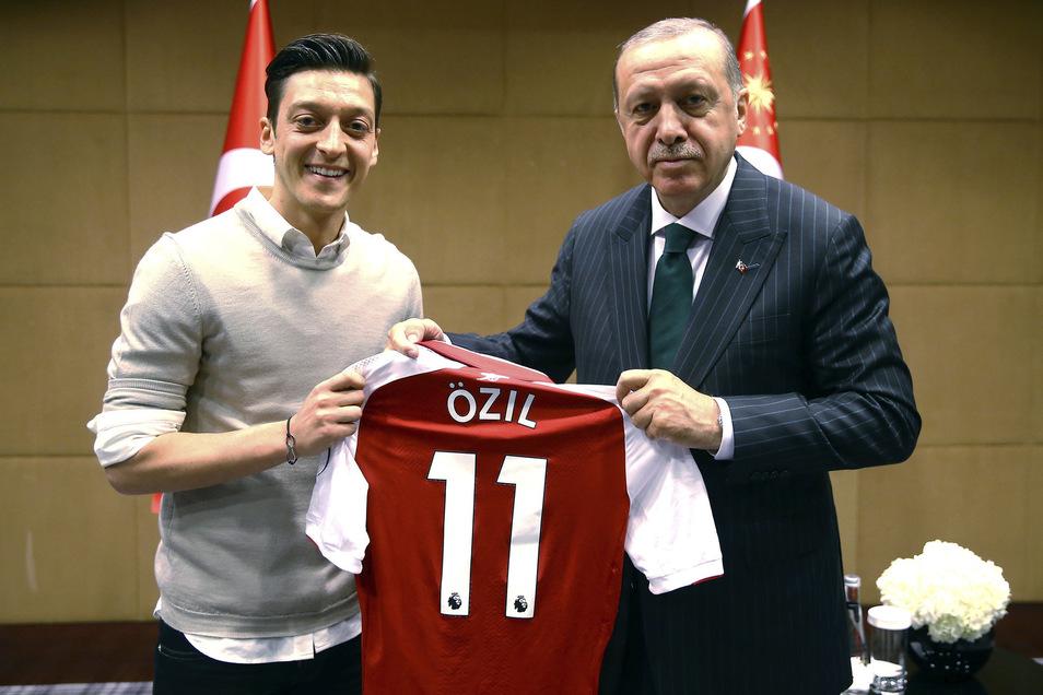 Mesut Özil (l.) war nach der WM 2018 für viele der Sündenbock, weil er sich vorab mit dem türkischen Autokraten Recep Tayyip Erdogan hatte fotografieren lassen. Er trat im Juli 2018 via Twitter mit großem Knall und einer dreiteiligen Generalabrechnung zurück. Özil spielt beim FC Arsenal.