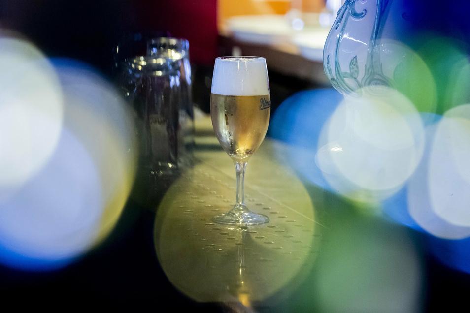 Wenn es nicht bei einem Bier bleibt: In der Corona-Krise wird mehr Alkohol getrunken.