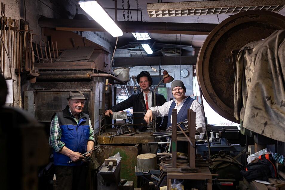 Schmied auf Zeit: Wanderbursche Vitus (M.) mit seinen beiden Meistern Willi (l.) und Peter Woggon in der Karsdorfer Werkstatt.