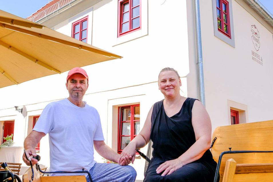 Zufrieden mit dem Sanierungsergebnis am denkmalgeschützten, im Jahr 1780 entstandenen Gebäude: Das Wirtspaar Doreen und Jochen Kruschke vom Schloss-Teichhaus Moritzburg.
