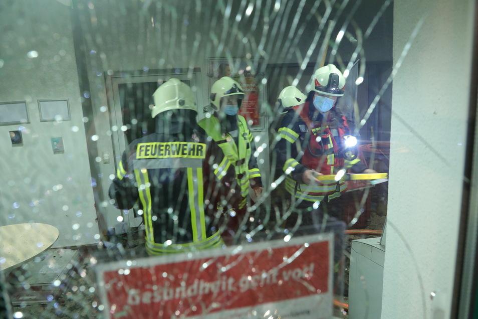 Die nächtliche Explosion ließ auch Glasscheiben bersten.