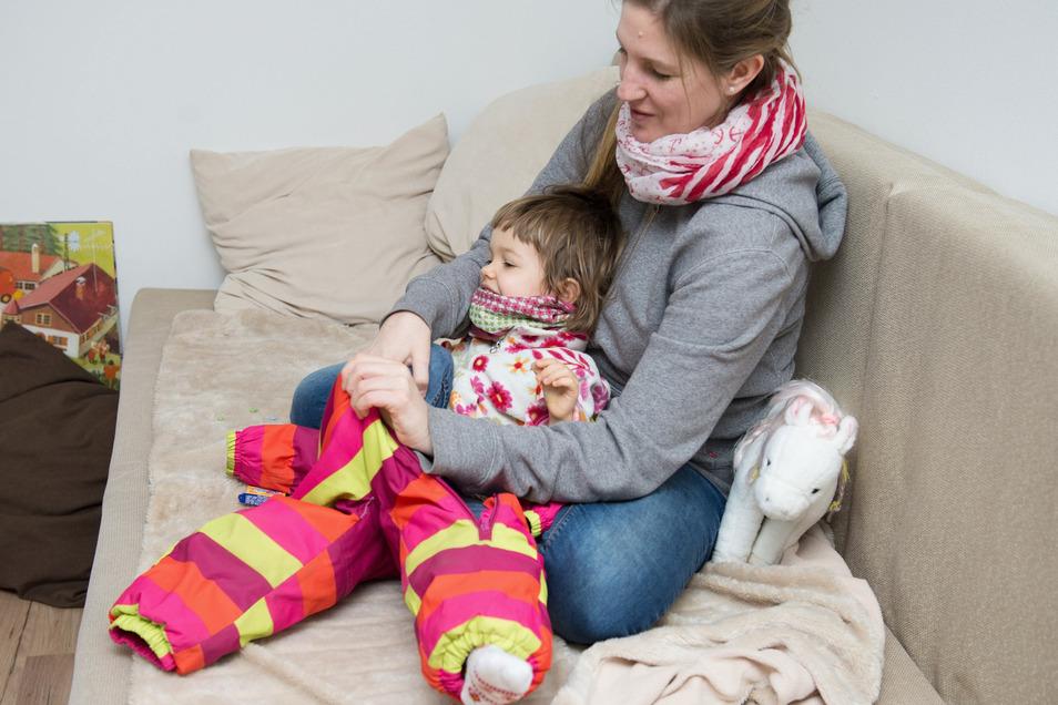 Eltern machen sich oft Sorgen darum, ob Kinder warm genug angezogen sind - die merken dagegen beim Spielen meist gar nichts von der Kälte.