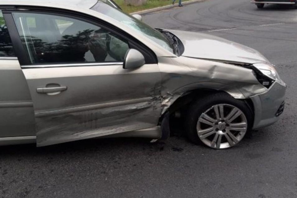 An der Stelle ist der Renault mit dem Opel kollidiert.