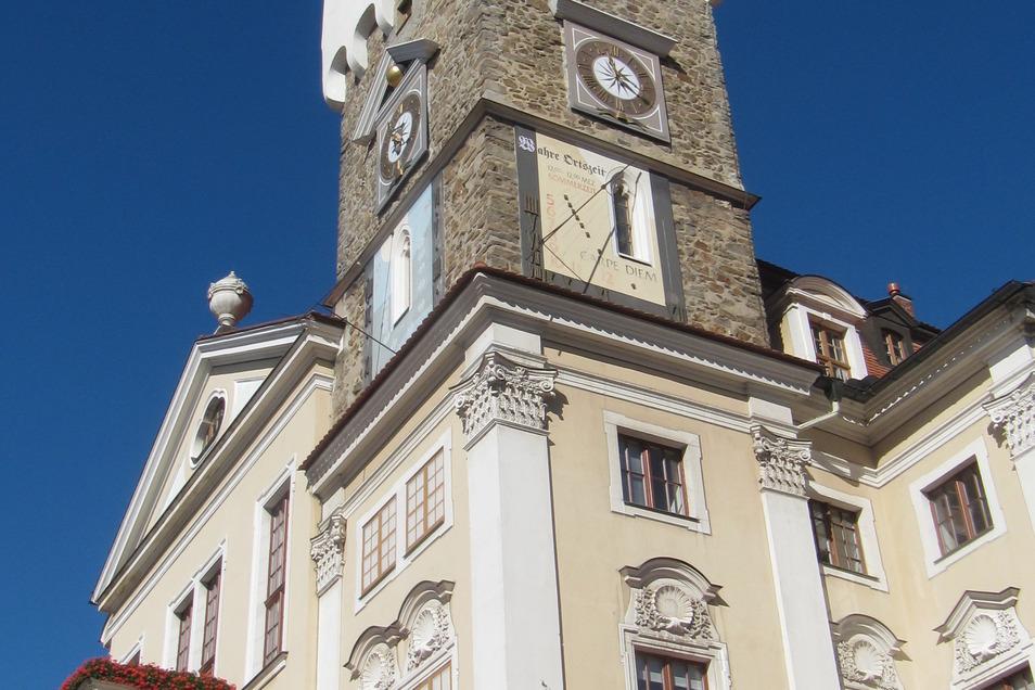 Der Rathausturm schmückt den historischen Löbauer Altmarkt.