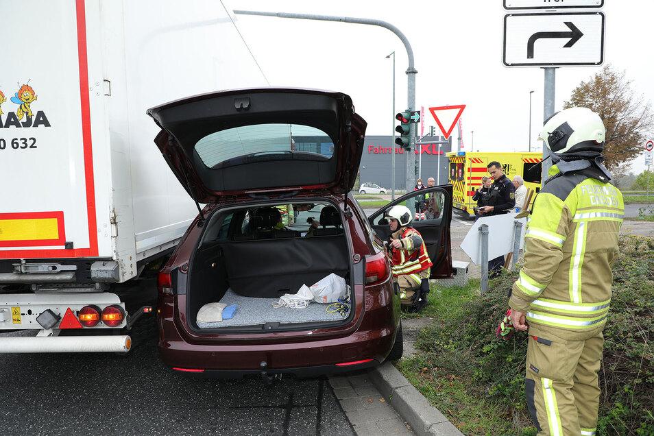 Ein Lkw schob am Dienstag einen Opel Astra an der Washingtonstraße in Dresden zur Seite.
