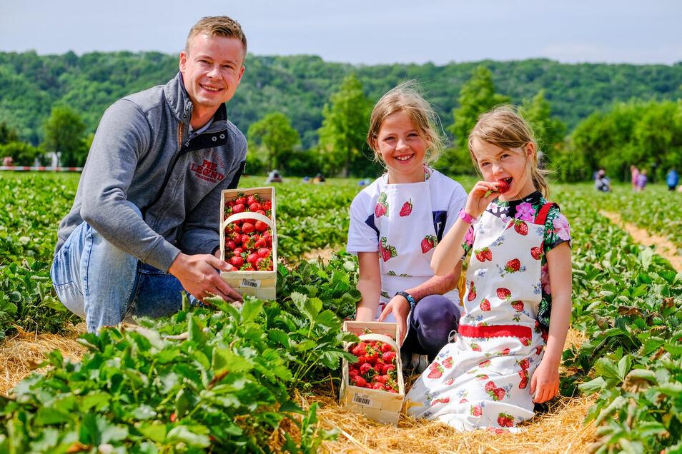 Obstbauer Michael Görnitz mit Familie war selbst beim Erdbeer-Pflückestart dabei.