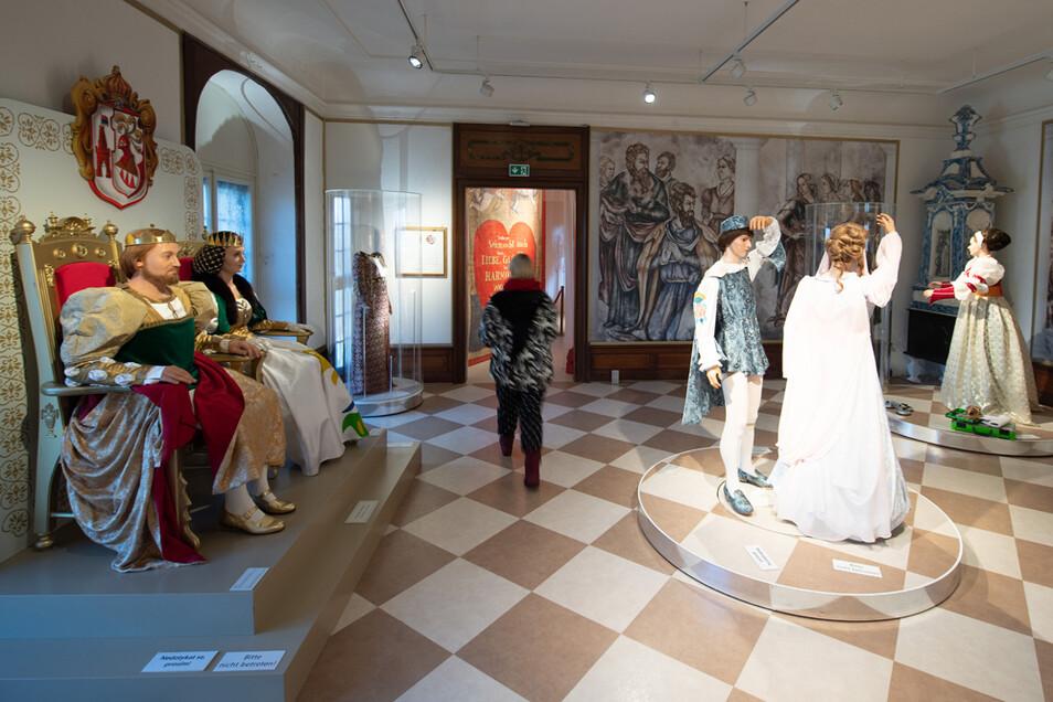 """Eine Frau geht im Schloss Moritzburg durch die Ausstellung """"Drei Haselnüsse für Aschenbrödel"""". Wegen nicht einzuhaltender Corona-Regeln n den engen Räumen muss die jährliche Ausstellung diesmal apusieren."""