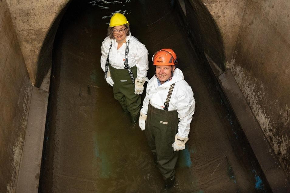 Umweltbürgermeisterin Eva Jähnigen und Chef-Stadtentwässerer Ralf Strohtheicher freuen sich, dass jetzt Abwasser durch den sanierten Neustädter Abfangkanal fließt. Die neue Röhre soll etwa 50 Jahre halten, bevor sie wieder erneuert werden muss.