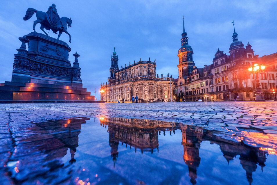 """""""Hier wurde die Schönheit erfunden"""": Blick über den Theaterplatz in Richtung Kathedrale und Schloss."""