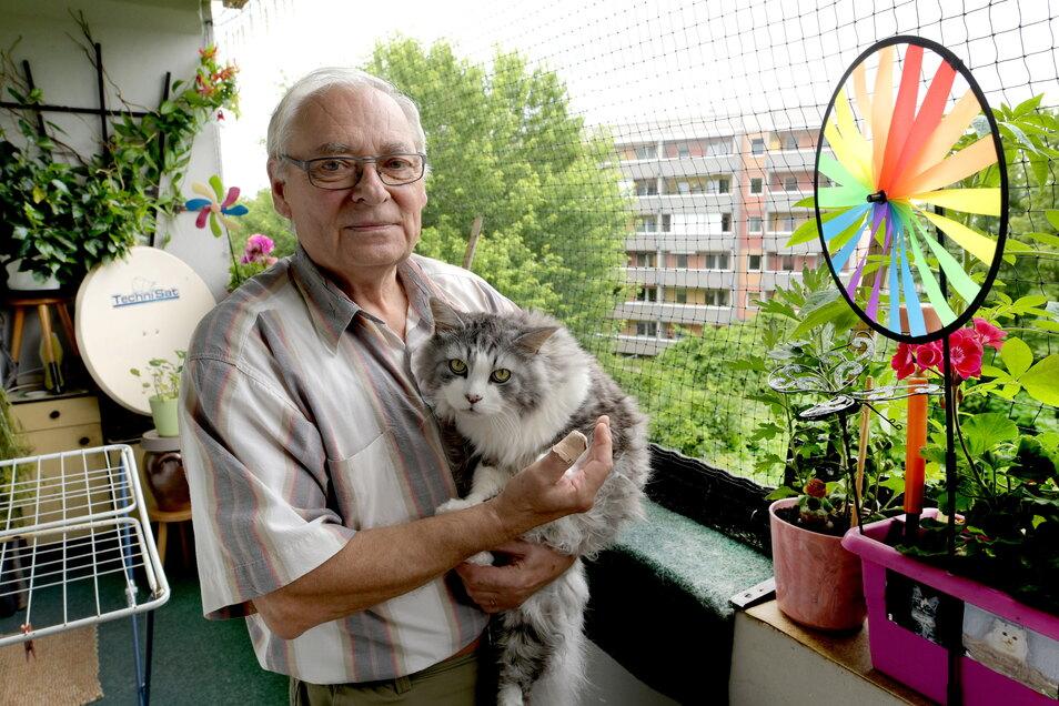 Günter Erlmann mit Kater Dicker auf dem Balkon ihrer Wohnung in der Olbersdorfer Hochwaldstraße. Er hat seinen Balkon wegen seiner zwei Katzen mit einem Netz verhangen und so auch etwas Ruhe vor den Tauben.