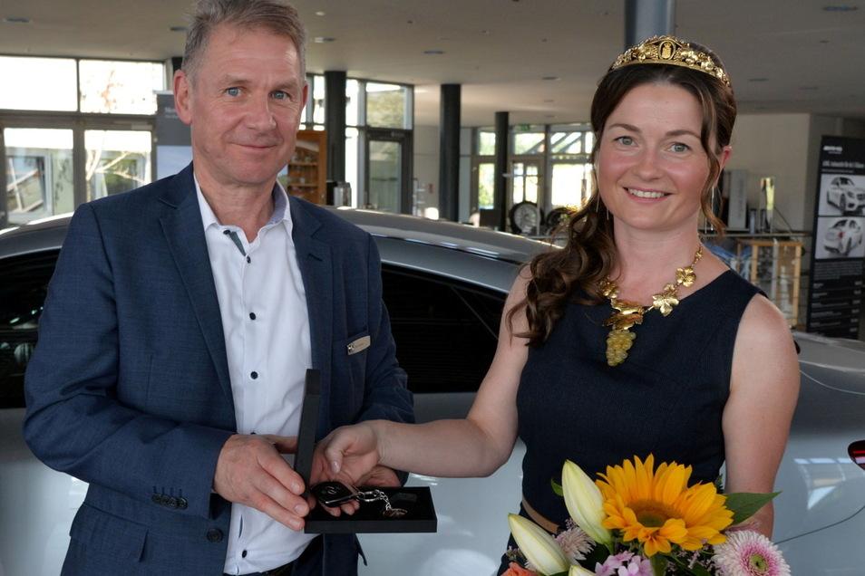 Jens Knauer vom Mercedes-Benz-Autohaus Widmann in Meißen und seine Kollegen sorgen dafür, dass die sächsische Weinkönigin Nicole Richter standesgemäß unterwegs ist.