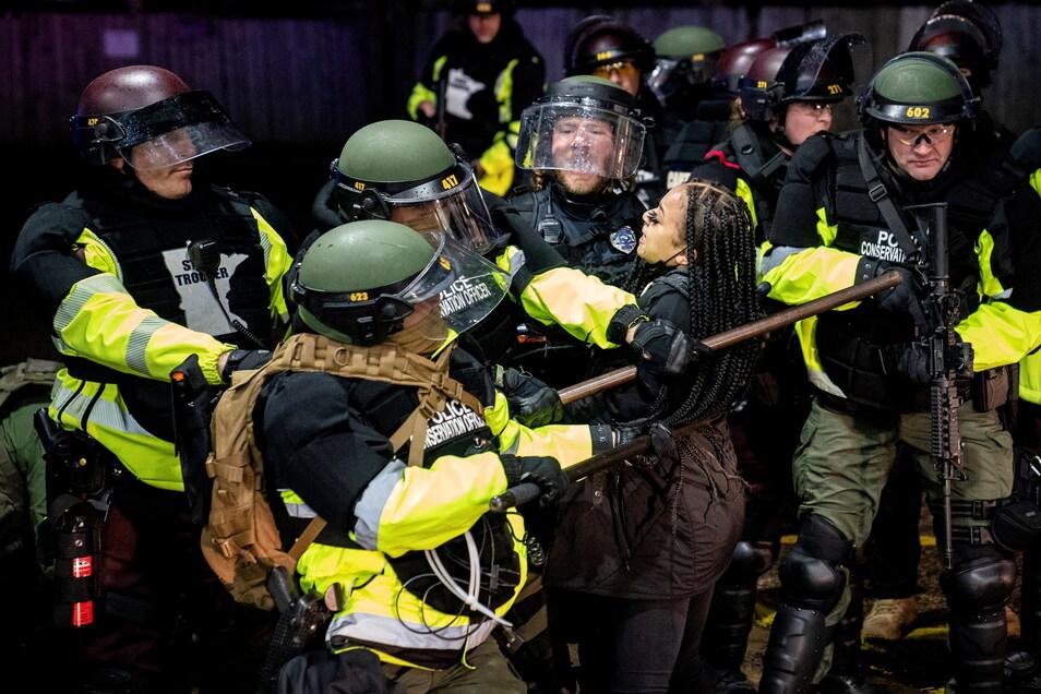 Eine Demonstrantin wird von der Polizei während eines Protests gegen Polizeigewalt in Brooklyn Center festgenommen.