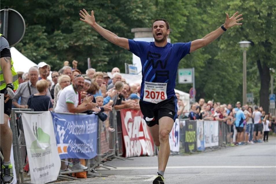 Der Görlitzer Patrick König schreit seine Freude über seinen Sieg auf der Halbmarathon-Strecke heraus. Der Görlitzer war bei allen 15 Görlitzer Läufen seit 2004 über diese Distanz am Start und hat sich jetzt seinen Traum erfüllt.