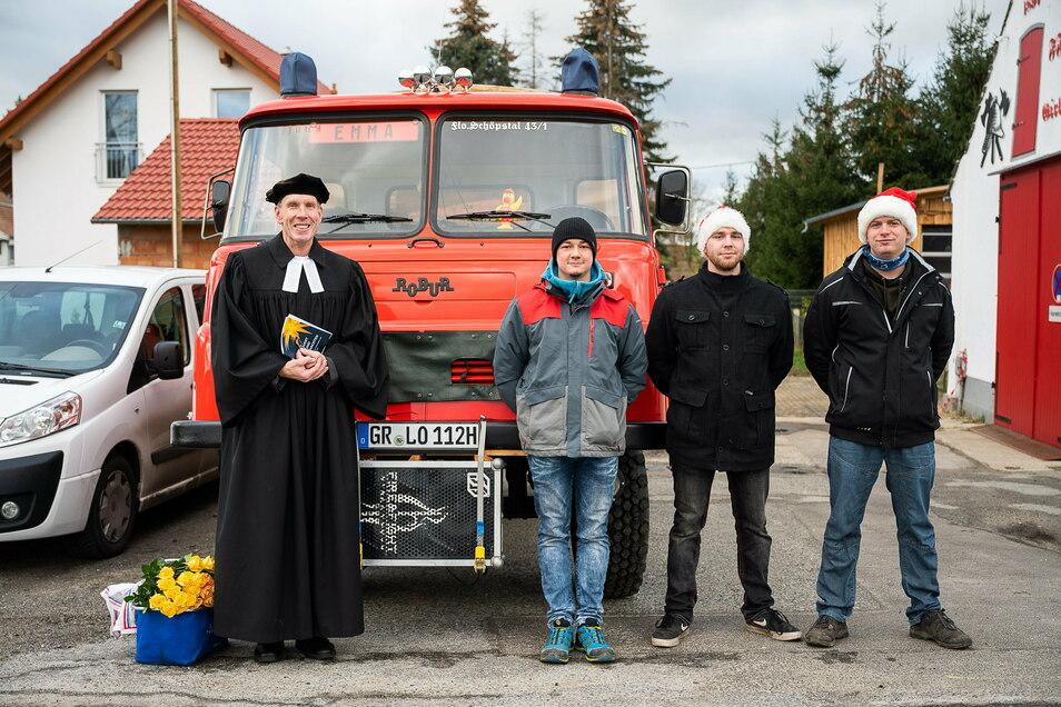 Pfarrer Hans-Albrecht Lichterfeld, zusammen mit dem Team der Freiwilligem Feuerwehr in Girbigsdorf.
