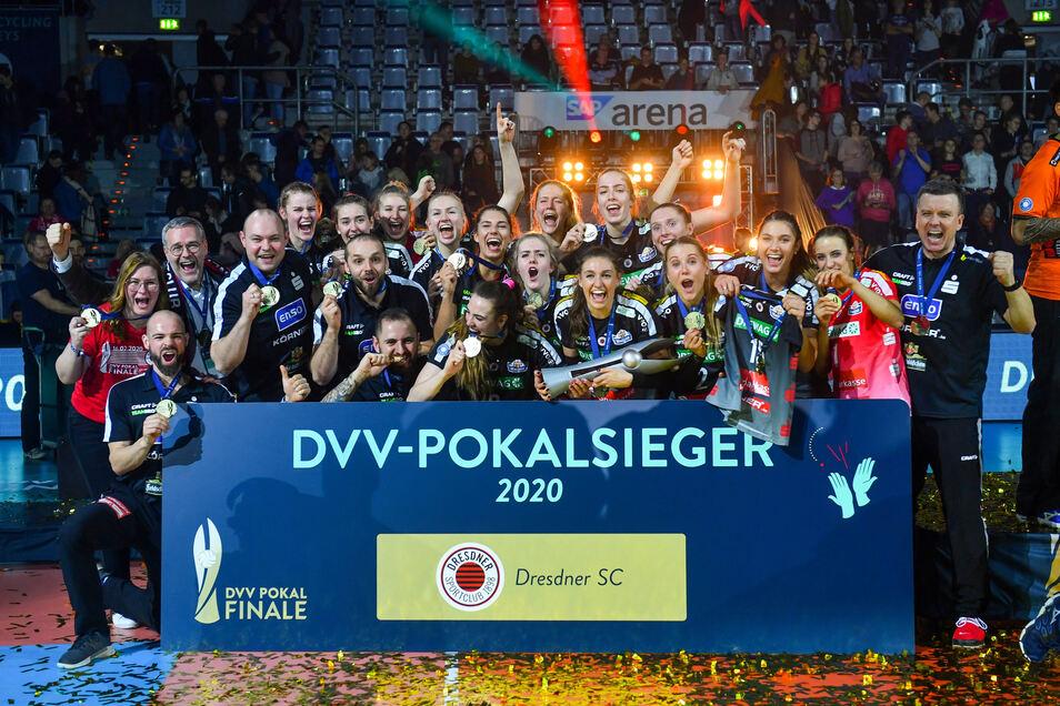 Den Pokalsieg vom 16. Februar hat der Dresdner SC jetzt noch einmal veredelt. Bei einer Versteigerungsaktion für die Trikots generierte der Klub über 6.000 Euro.