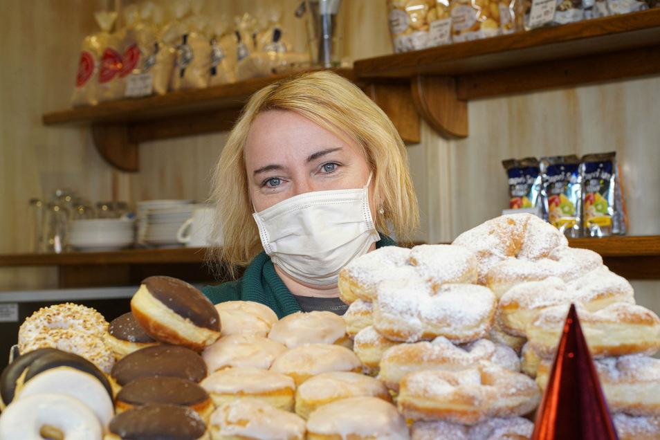 Welcher darf es denn sein? Marlen Born hat in der Bäckerei-Filiale Berndt am Kornmarkt eine große Auswahl an süßem Faschingsgebäck.