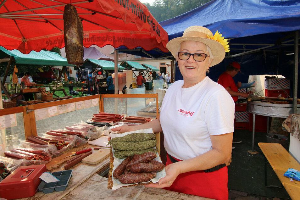 Ingrid Beciri aus Mittweida gehörte zu den vielen Händlern beim Erntedankfest im Kloster Buch. Sie hatte Salami im Angebot.