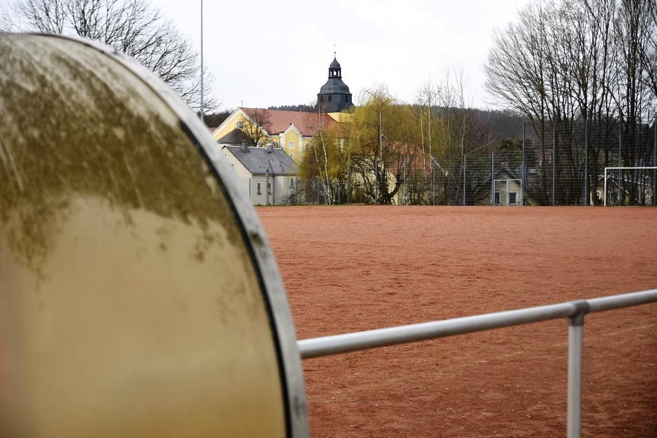 Aus dem alten Hartplatz in Steinigtwolmsdorf wird ein Kunstrasenplatz. Der Umbau erfolgt im Mai.