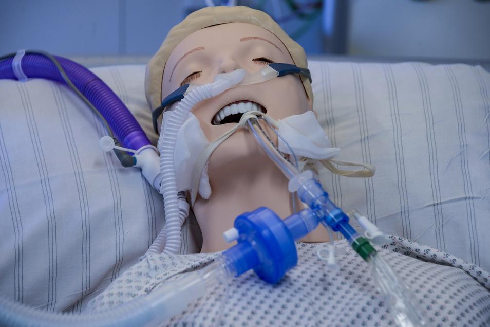Ein Beatmungsgerät ist zu Schulungszwecken an eine Dummy-Puppe angeschlossen.