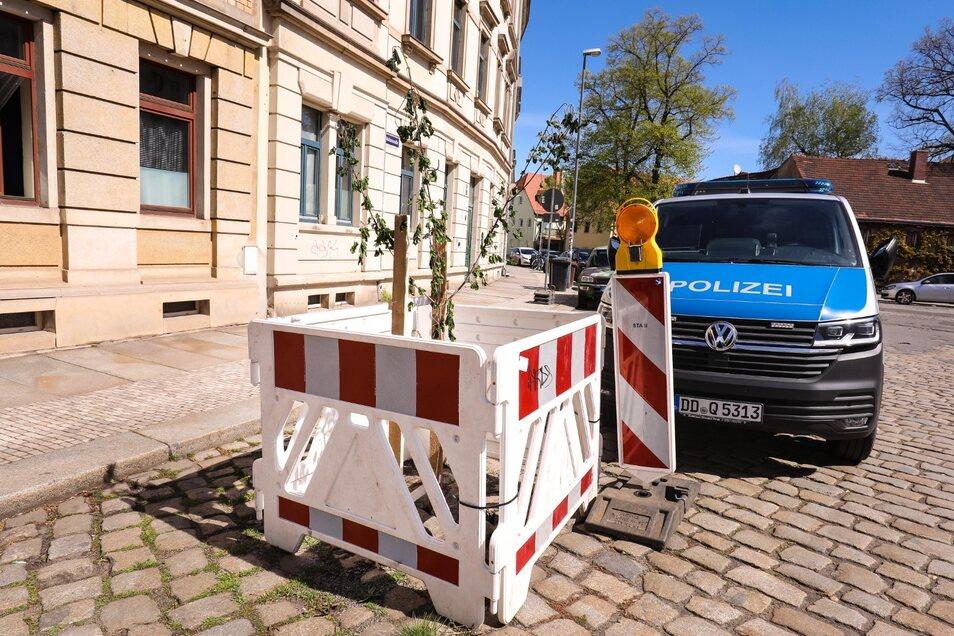 Der kleine Baum ist gut gesichert, die Polizei sah sich nicht zum Eingreifen gezwungen.