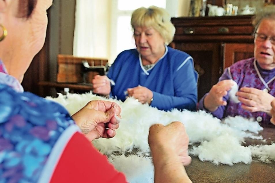 Im Haupthaus des Bauernmuseums saßen fünf Damen zusammen beim gemeinsamen Federnschleißen.