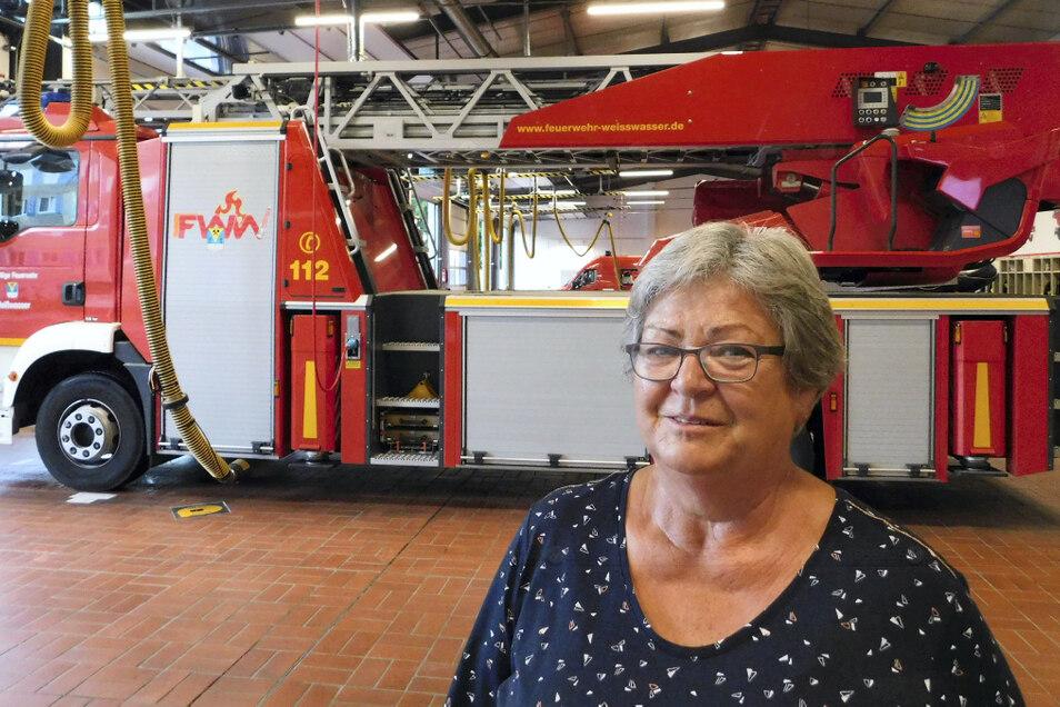 Irene Schreiner ist seit 50 Jahren bei der Freiwilligen Feuerwehr. Stationen waren die Wehren in Krauschwitz-West, das Kraftwerk Boxberg, wo sie einst Wehrleiterin war, und Weißwasser. Hier ist sie heute in der Alters- und Ehrenabteilung und noch immer a