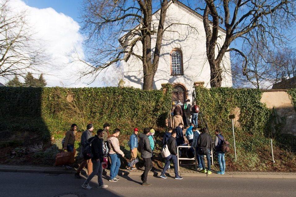 Am Donnerstag machten sie sich auf den Weg von der Erstunterkunft zur Kirche in Wiederau.