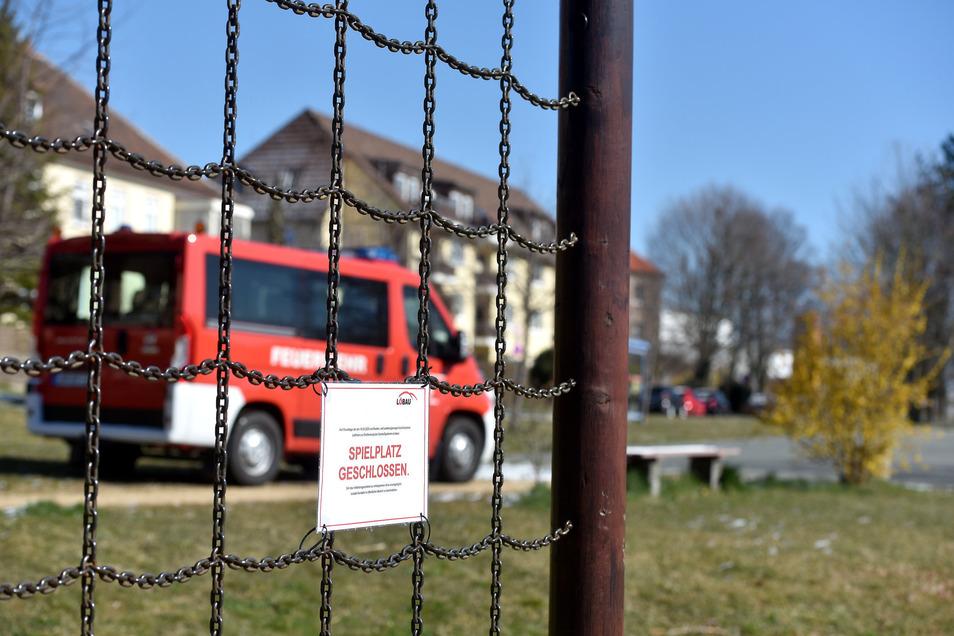 Im Feuerwehrauto kontrollieren Löbaus Angestellte die Corona-Regeln auch auf Spielplätzen. Gäbe es einen Feuerwehreinsatz, hätte der aber Priorität.