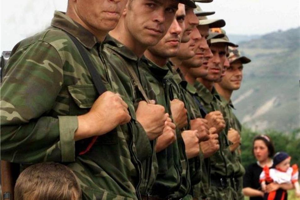 Guerilla-Kämpfer der Kosovo-Befreiungsarmee stellen sich am Stadtrand von Pristina auf und warten auf den Abzug der serbischen Truppen.