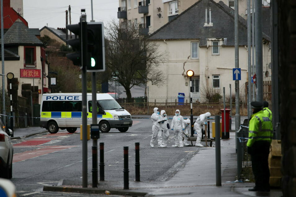 Bei Angriffen in der schottischen Stadt Kilmarnock sind drei Menschen ums Leben gekommen.