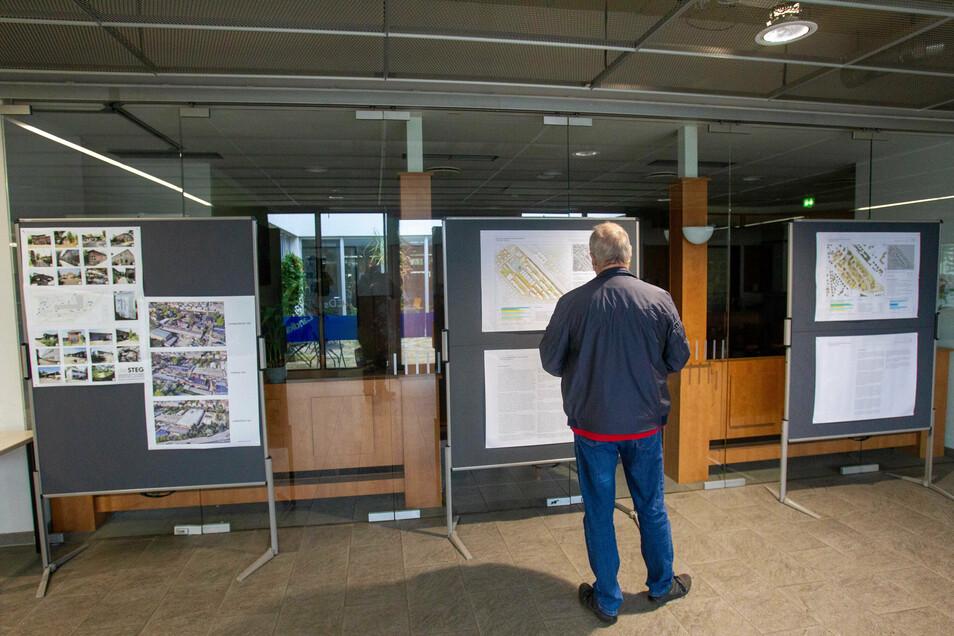 Ein Mann steht an den Informationstafeln zum Mafa-Projekt im Brunneneck in Heidenau.