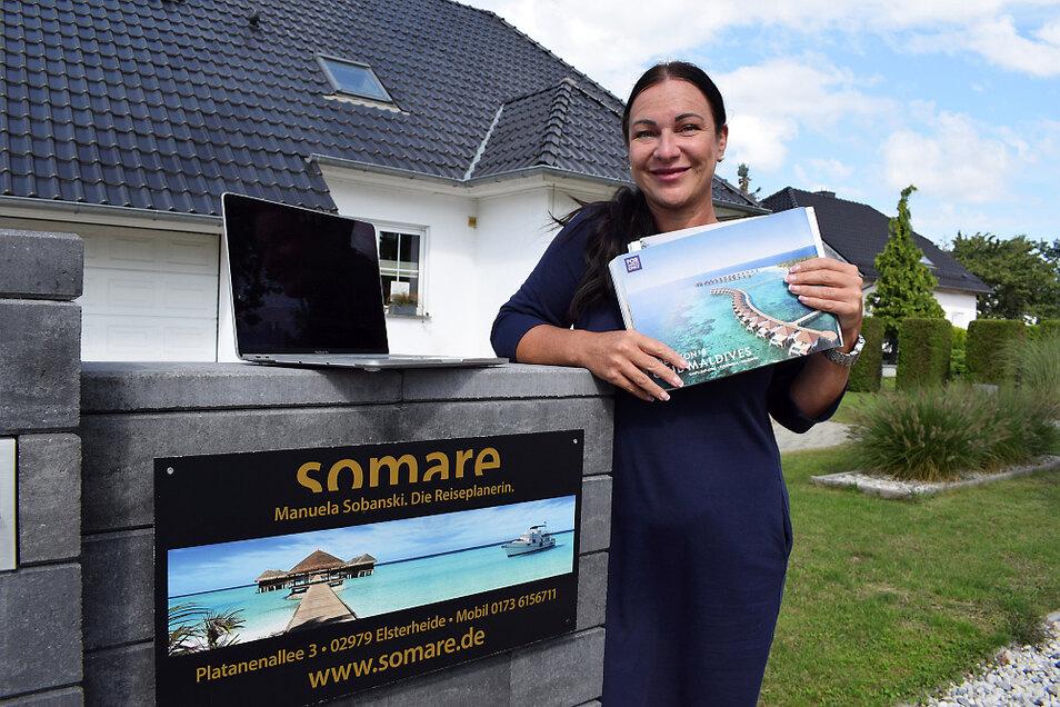 Manuela Sobanski hat trotz aller Digitalisierung noch einige Kataloge von Reiseanbietern vorliegen, die zum Schmökern und Entdecken einladen. Dennoch sind für ihre Arbeit PC und Laptop unabdingbar. Das Handy der Selbstständigen ist rund um die Uhr ange