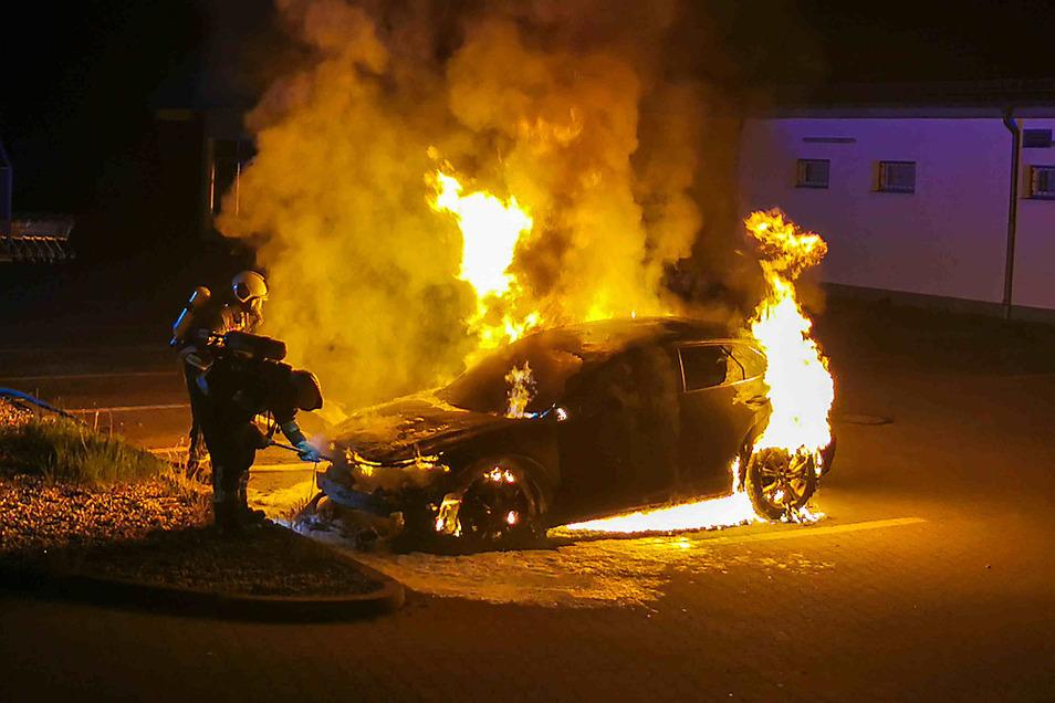 Zu einem Personenkraftwagen-Brand kam es am späten Sonntagabend (27. Juni) gegen 23.25 Uhr auf dem Parkplatz eines Supermarktes an der Wittichenauer Straße in Hoyerswerda. Aus bisher ungeklärter Ursache ging hier ein Mazda CX 3 in Flammen auf. Der herbeig