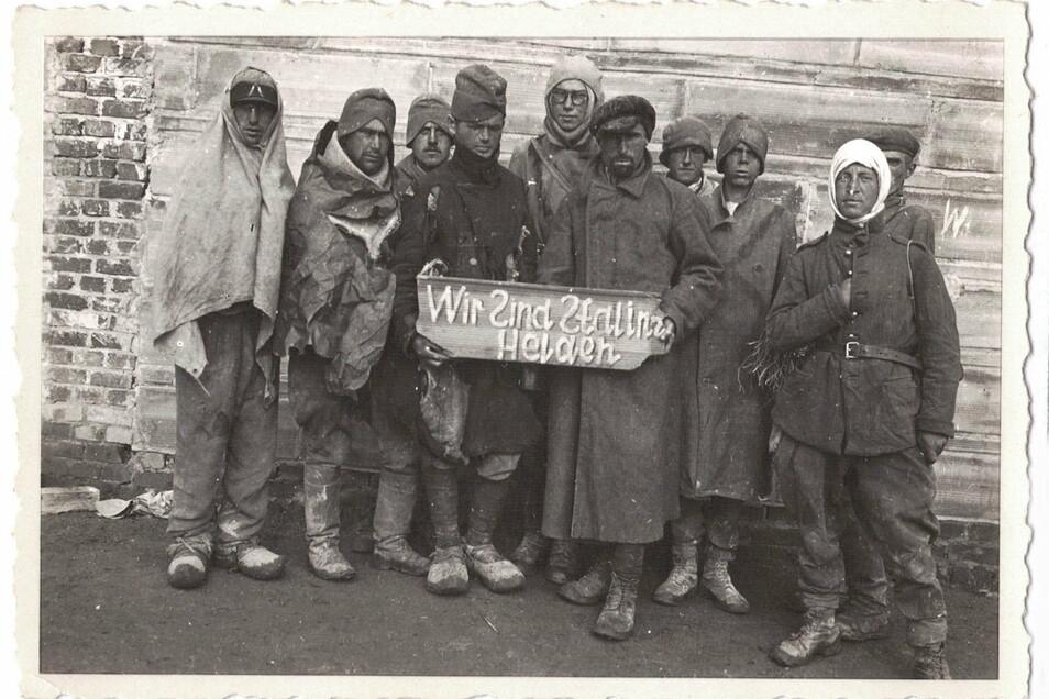 """""""Wir sind Stalins Helden"""" - mit diesem Schild wurden sowjetische Häftlinge im Kriegsgefangenenlager Zeithain inszeniert. Auffällig: die drei """"S""""-Buchstaben sind spiegelbildlich verkehrt abgebildet."""