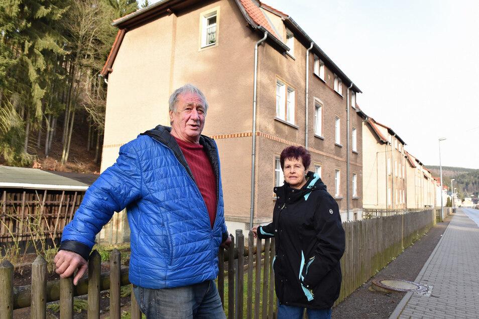 Der ehemalige Ortsvorsteher Peter Hofmann und Gisela Kerndt stehen hier vor den kommunalen Wohnhäusern in der Pöbeltalstraße in Schmiedeberg, die nun doch nicht verkauft werden sollen.