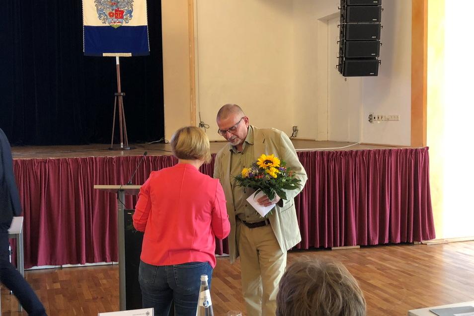 Volker Thomas - hier im Gespräch mit Linke-Chefin Uta Knebel - verlässt den Riesaer Stadtrat. Zum Abschied gab's Blumen von der Stadtverwaltung.