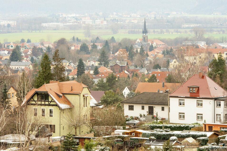 Blick von oben nach unten, von der Ruine des Wartturms aus gesehen: Dorfkern, Kirche und Grünflächen im Unterdorf von Weinböhla.
