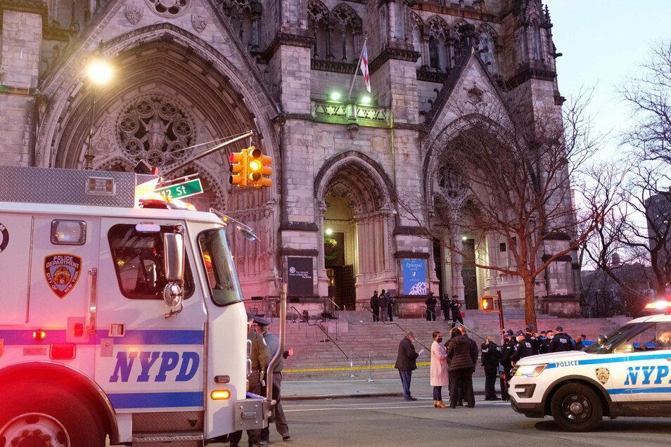 Polizei-Einheiten stehen vor der Kathedrale Saint John the Divine in Manhattan.