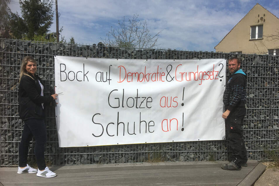 Gerd Hildebrandt und seine Bekannte Teresa Hempelt haben am Freitag dieses neue Plakat an die Grundstücksmauer gehängt.