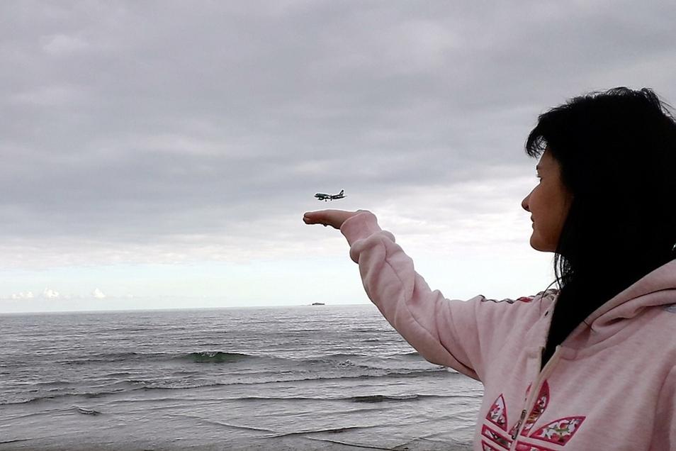 Ein Schwebetrick auf Basis einer optischen Täuschung lässt sich in der Nähe von Flughäfen im Bild festhalten. Anke Thomas aus Groß Särchen war mit ihrer Familie auf der Kanaren-Insel Lanzarote, was als Kulisse für diese Aufnahme auch gleich noch den Atlan