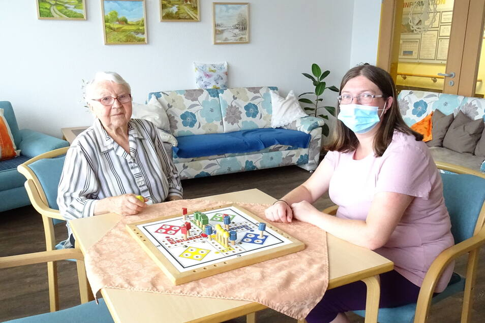 Romy Holz (r.) arbeitet jetzt als Alltagsbegleiterin in einer Senioreneinrichtung. Sie schaffte den beruflichen Wiedereinstieg.