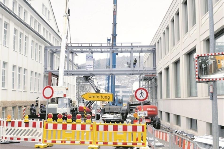 Das Stahlskelett hängt 5,50 Meter über der Altenberger Straße.