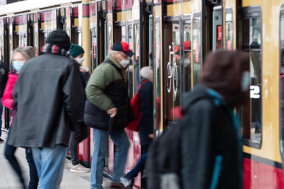 Auch Passagiere der Berliner S-Bahn sollen die Masken weiterhin tragen.