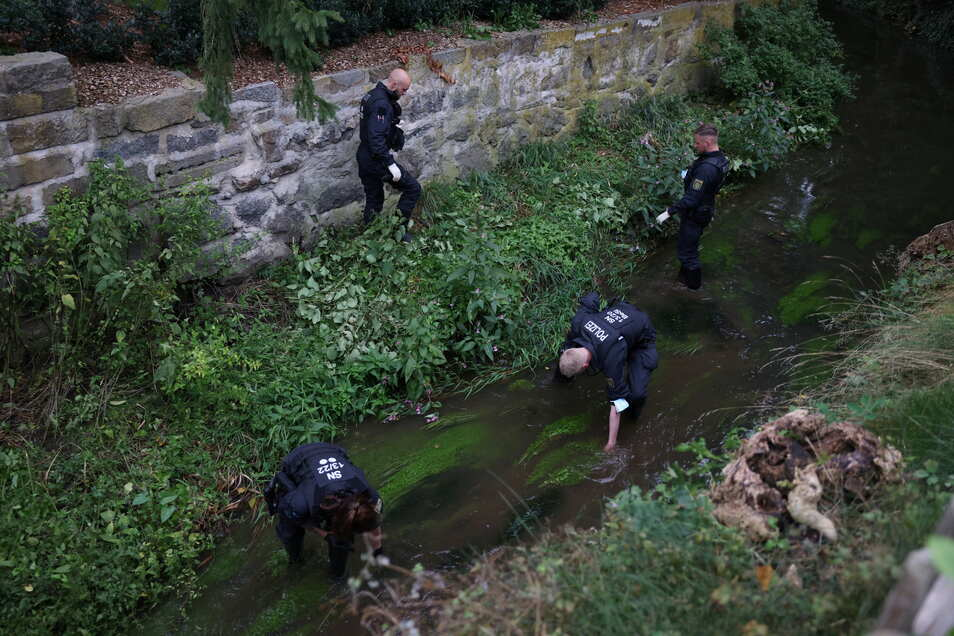 Nach dem gewaltsamen Tod eines 16-jährigen Mädchens in Großröhrsdorf suchte die Polizei am Donnerstag vor Ort nach Spuren und Hinweisen - unter anderem in einem Bach.