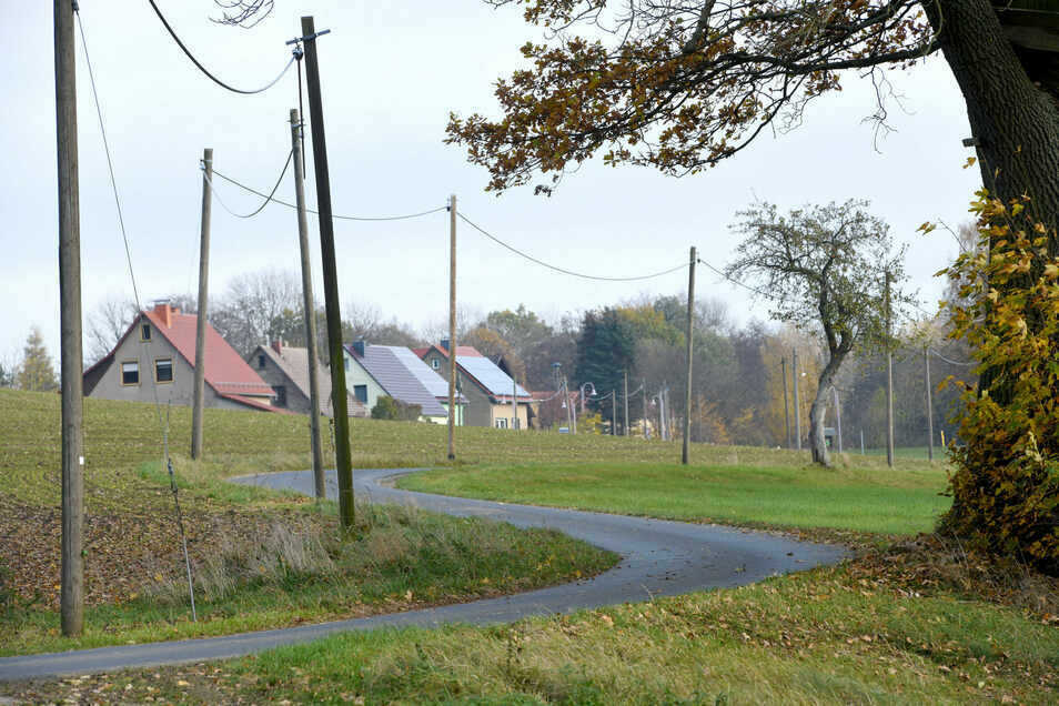 An der Straße in den Beiersdorfer Ortsteil Gebirge gibt's zwar Telefonkabel, aber keine Straßenbeleuchtung.