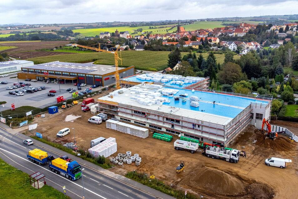 Ab Mitte Dezember sollen die Kunden im neuen Aldi-Markt in Leisnig einkaufen können. Dort und auch im Drogeriemarkt dm (im Foto hinten die kleinere Immobilie) läuft jetzt der Innenausbau.