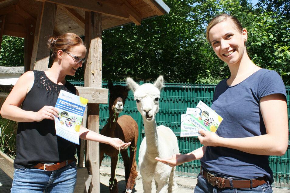 Projektverantwortliche Madlen Raupach (r.) und Christina Tetzelt vom Bürger- und Tourismusservice präsentieren den Bischofswerdaer Ferienpass. Damit  gibt es unter anderem einen Tierpark-Besuch gratis.