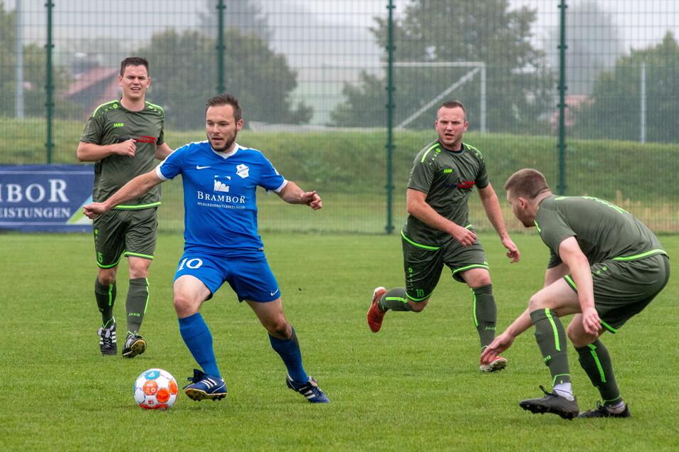 Martin Schwibs vom Roßweiner SV sieht sich in dieser Szene von drei Bennewitzer Spielern umringt.