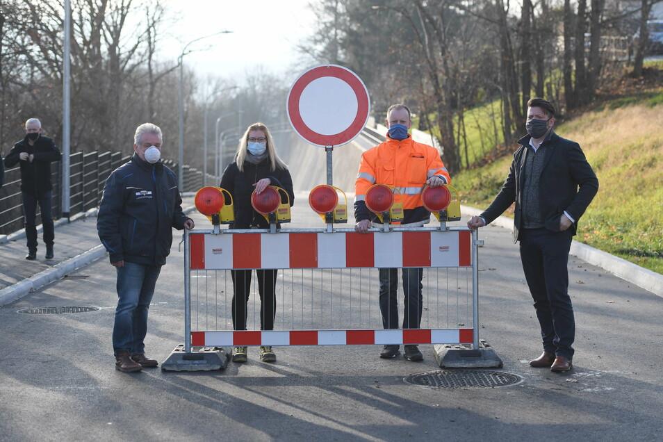 Heute Nachmittag wurde die Bergstraße für den Verkehr freigegeben. Frank Scholze von der Osteg, Christin Reck vom ausführenden Ingenieurbüro, Christoph Richter vom Tiefbauamt und Oberbürgermeister Thomas Zenker (v.l.).