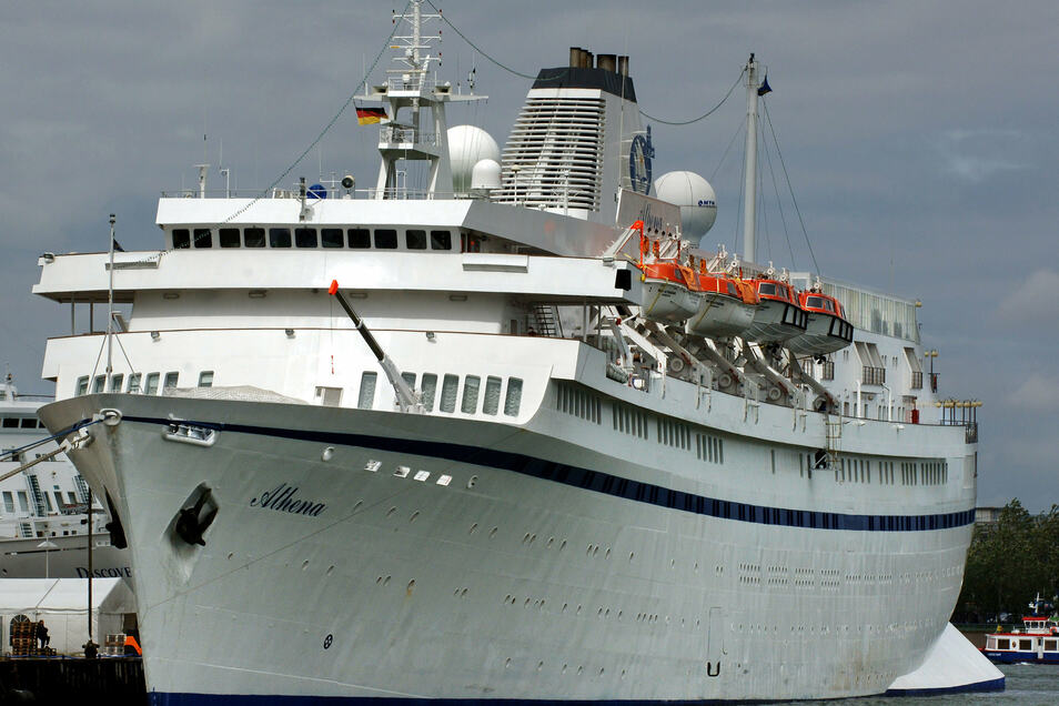"""Das DDR-Schiff """"Völkerfreundschaft"""" fuhr später unter dem Namen """"MS Athena"""" für eine portugiesische Reederei. Mittlerweile heißt das Schiff """"Astoria""""."""